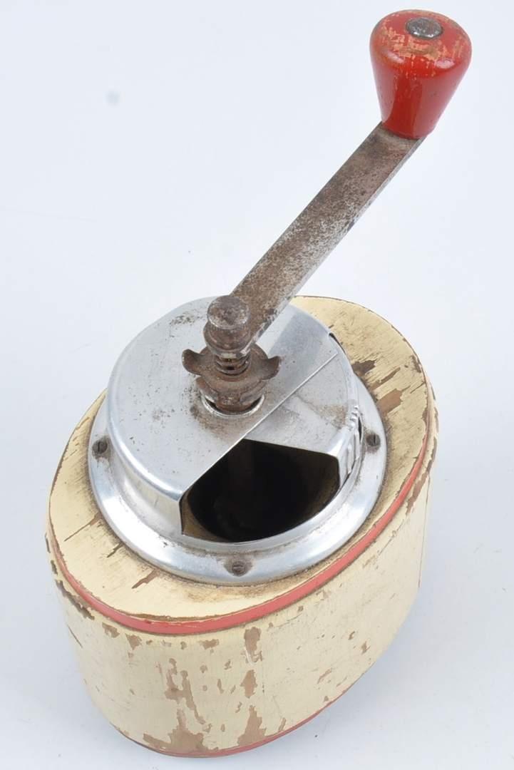 Ruční plechový mlýnek na kávu