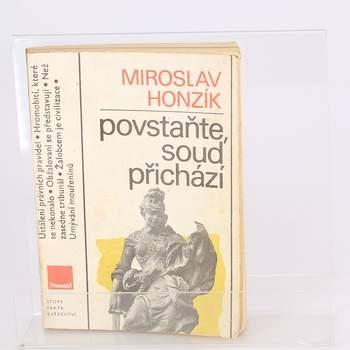 Kniha Povstaňte, soud přichází Miroslav Honzík