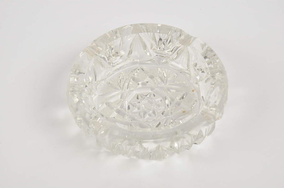 Popelník z broušeného skla