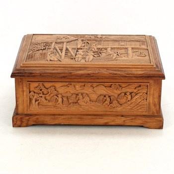Dřevěná krabička s vyřezávaným motivem