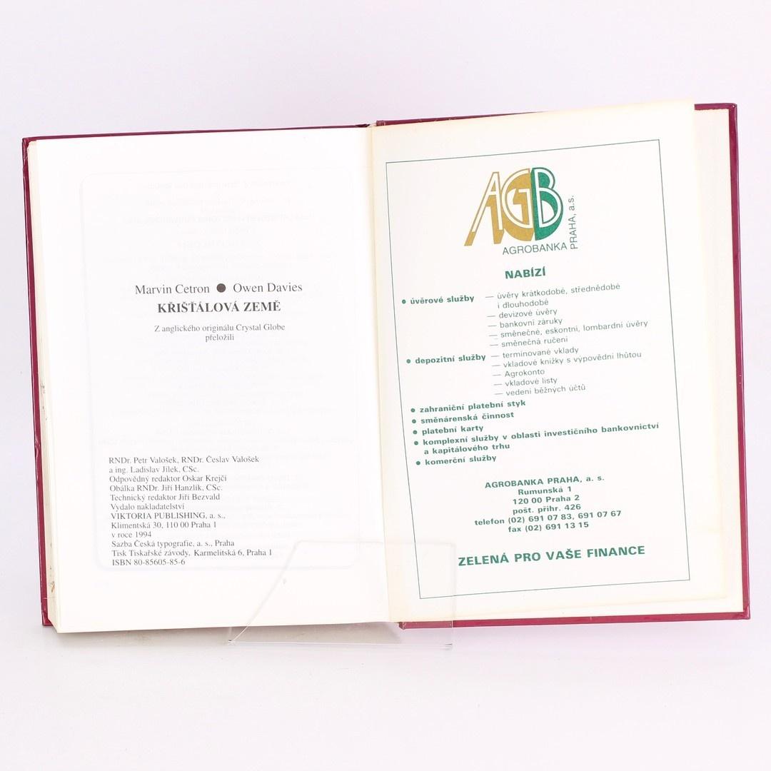 Kniha Křišťálová země M. Cetron, O. Davies