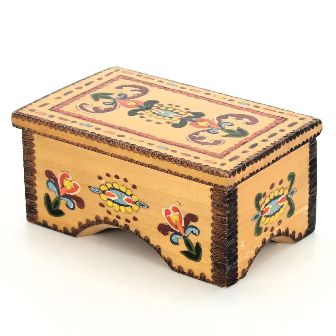 Dřevěná šperkovnice barevně zdobená