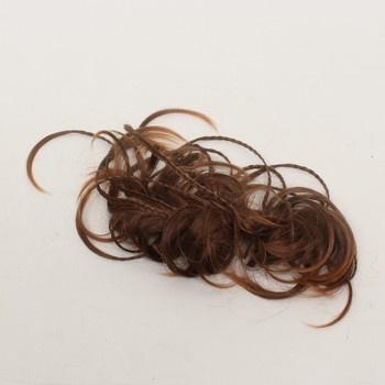 Příčesek z umělých vlasů hnědý