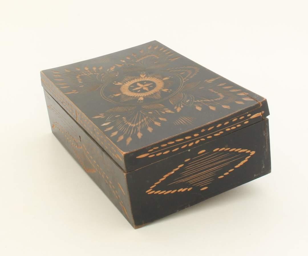 Dřevěná schránka vyřezávaná