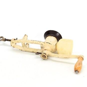 Starožitný kovový ruční mlýnek