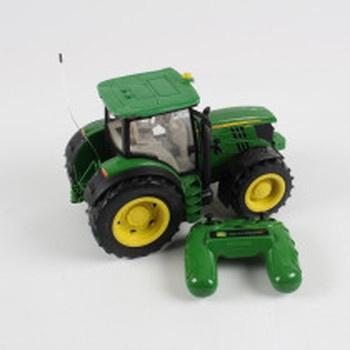 Traktor na dálkové ovládání John Deere