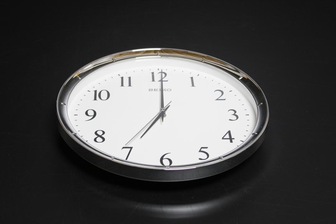 Nástěnné hodiny Seiko Sříbrné