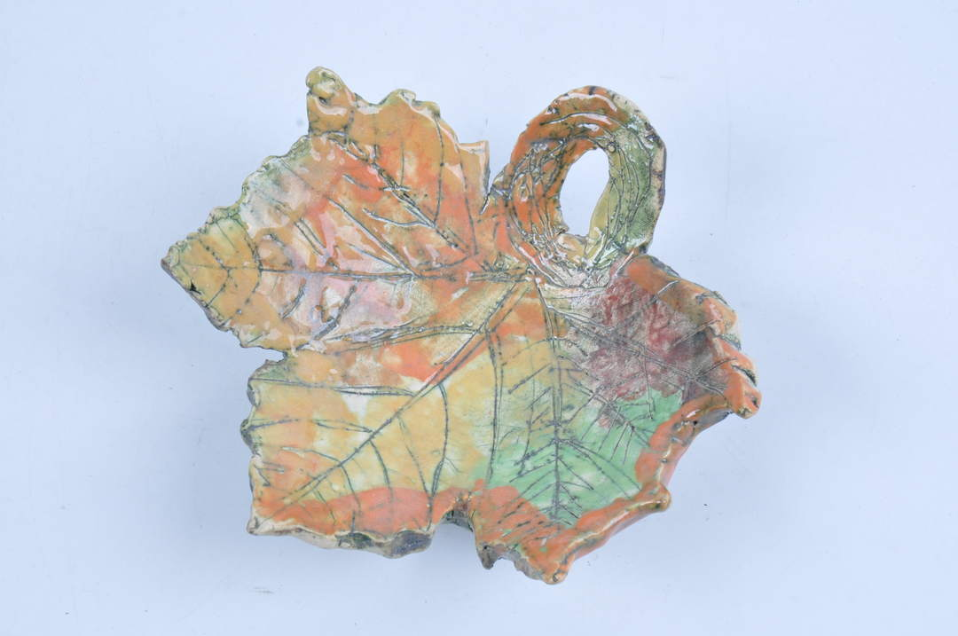Keramická dekorace ve tvaru javorového listu