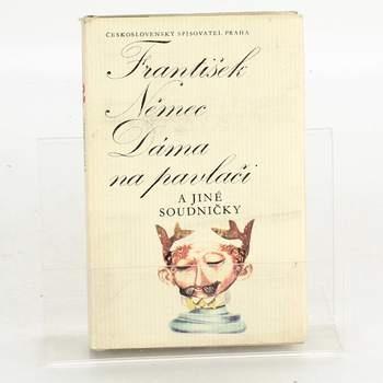 Kniha Dáma na pavlači a jiné soudničky
