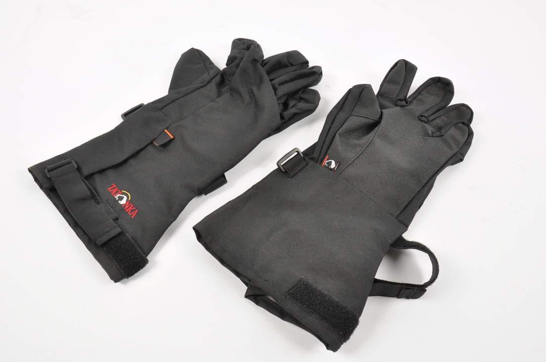 Černé rukavice a návleky vhodné na turistiku