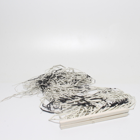 Závěs z bílých a šedých tyčinek