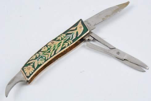 Zavírací nůž s dvěma čepelemi a nůžkami