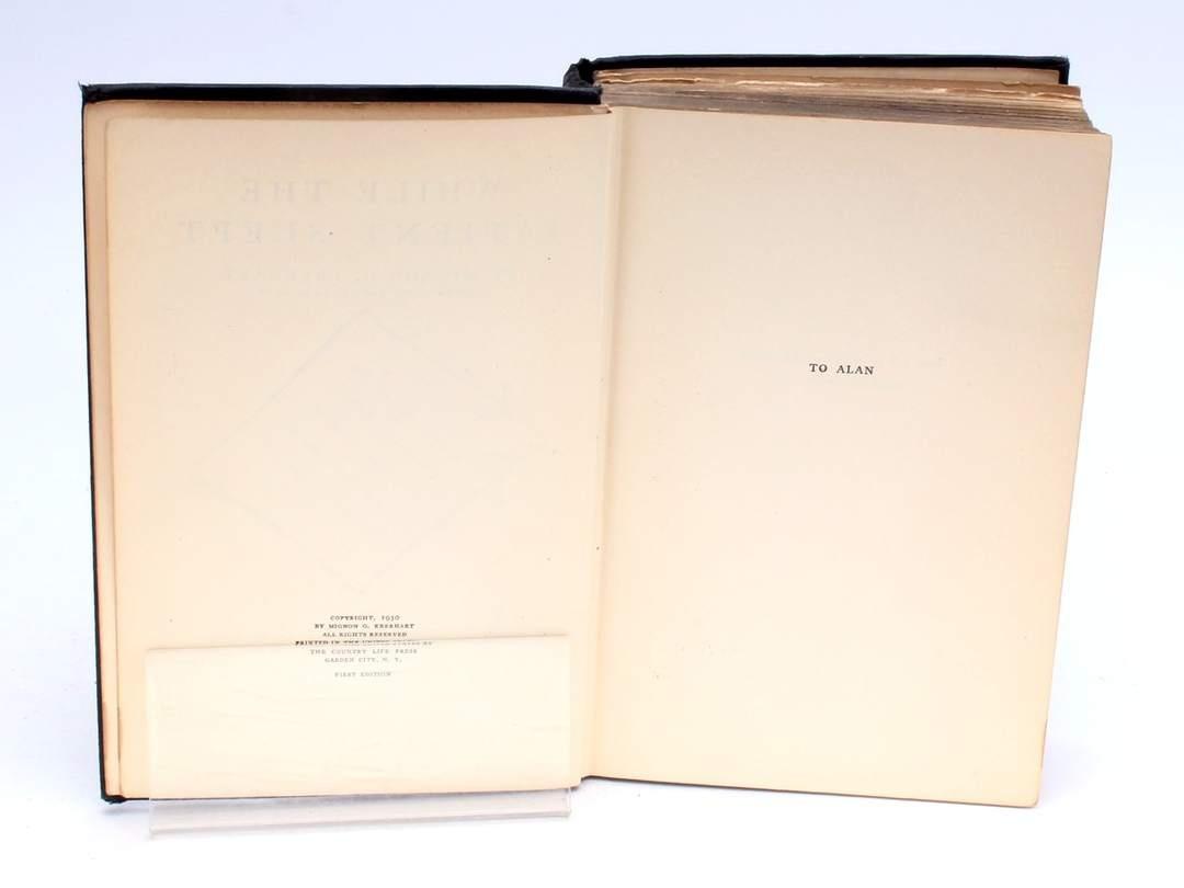 Kniha While the Patient Slept Mignon G. Eberhart